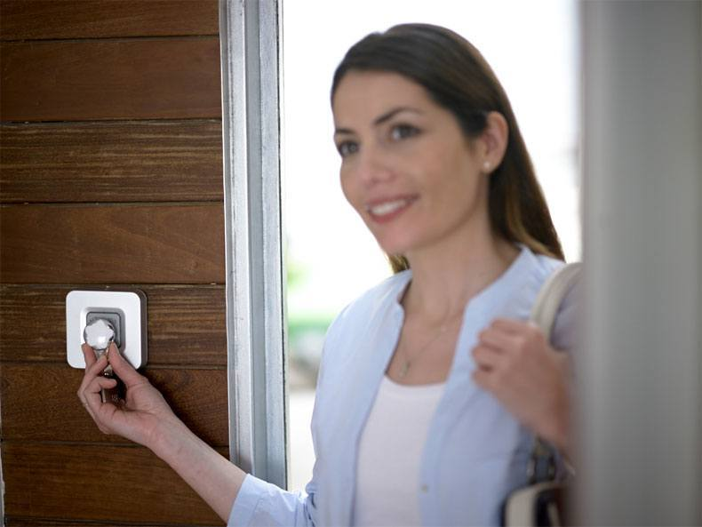 Woman disarming Verisure alarm with smart key